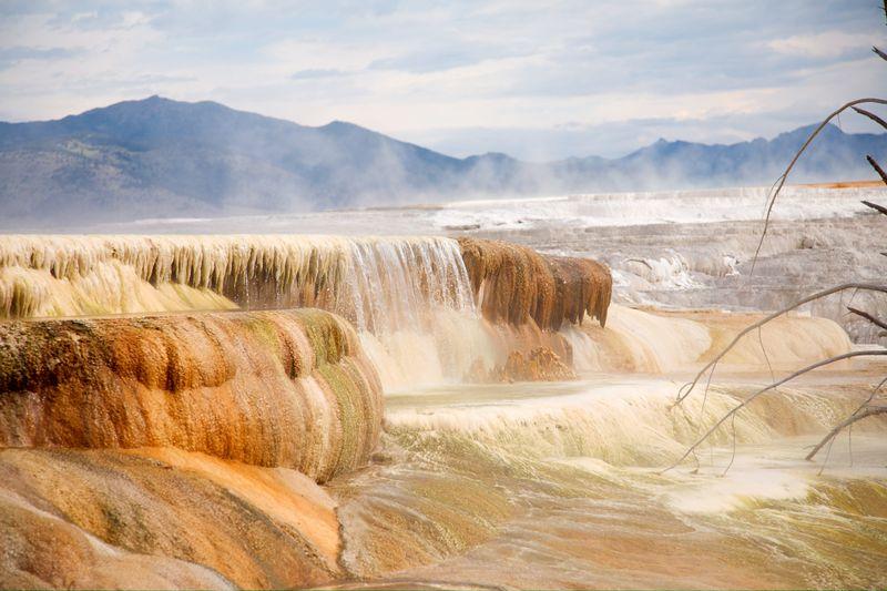 File:Mammoth hot springs.jpg